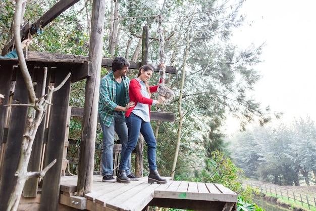 Mari Aider Sa Femme Avec La Corde Dans Le Parc Photo gratuit