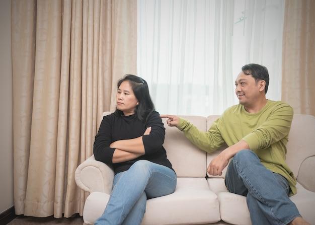 Mari essayant de réconcilier sa femme Photo Premium