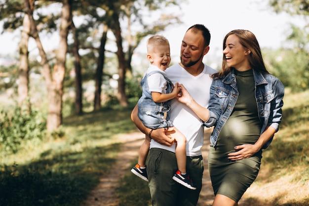 Mari avec femme enceinte et leur fils Photo gratuit