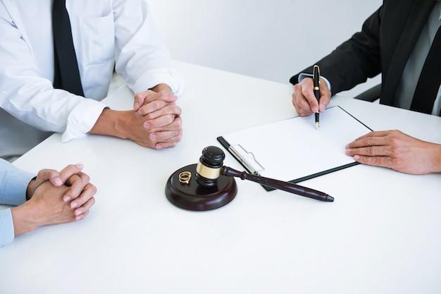 Mari et femme lors d'un divorce avec un conseiller masculin et signature d'un divorce Photo Premium