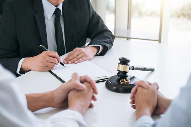 Mari et femme pendant le processus de divorce avec un conseiller masculin et signature Photo Premium