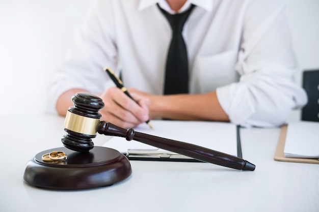 Mari pendant la procédure de divorce et signature du contrat de divorce. Photo Premium