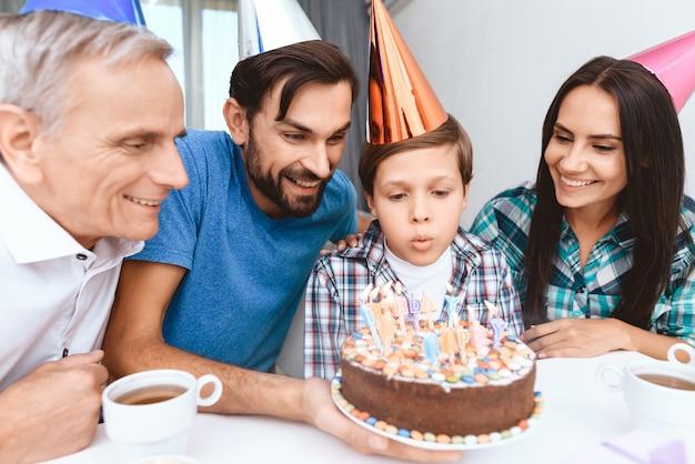 Le mari et le père. anniversaire de femme célébrer. Photo Premium