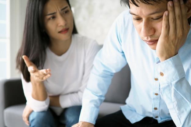 Le mari s'ennuie lorsque la femme se plaint de mauvais comportement à l'intérieur de la maison. Photo Premium