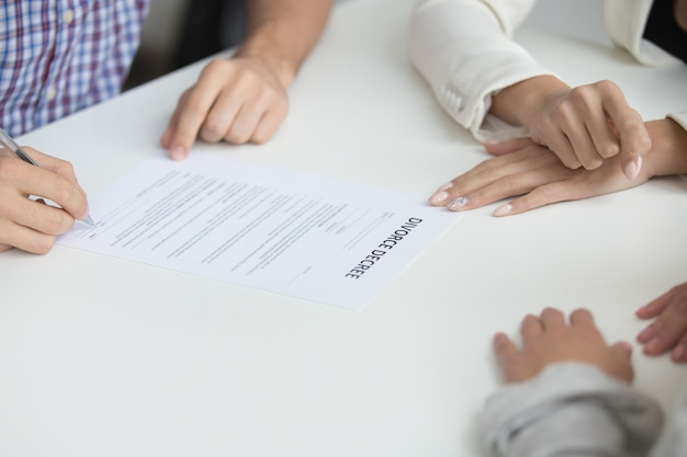 Mari signant le jugement de divorce autorisant la dissolution du mariage, gros plan Photo gratuit