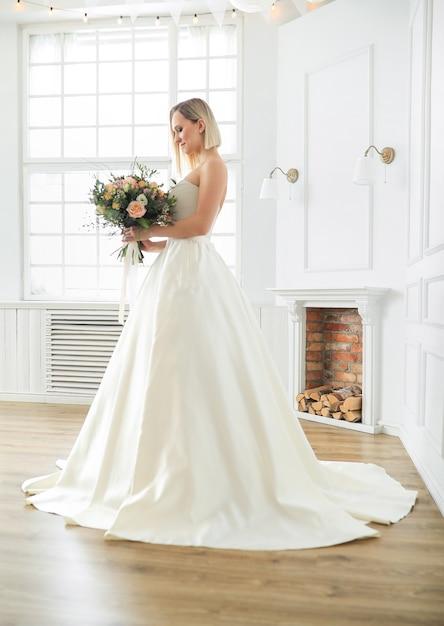 Mariage. Belle Mariée Dans Une Robe De Mariée Photo gratuit