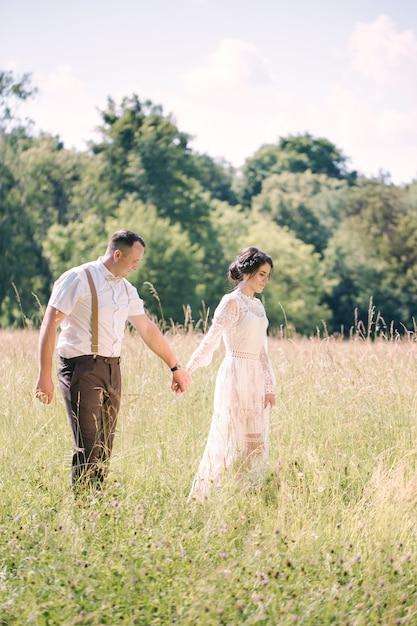 Mariage D'un Jeune Beau Couple Dans Un Style Vintage. Jeunes Mariés En Promenade Dans Le Parc Photo Premium
