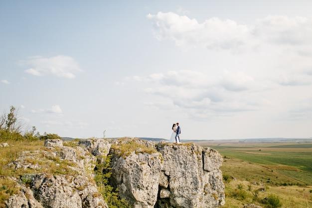 Mariage en montagne, un couple amoureux Photo gratuit
