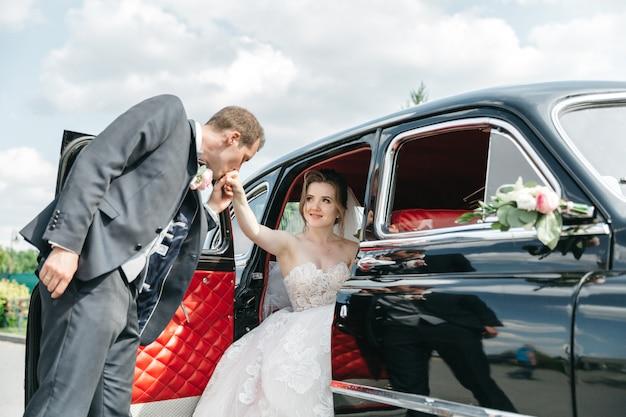 Le marié embrasse sa main bien-aimée Photo gratuit