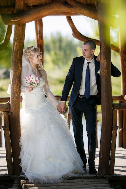 Le marié et la mariée lors d'une promenade le jour de leur mariage Photo Premium