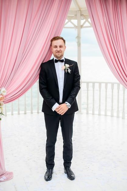 marie-se-tient-seul-sous-tente-pour-cere