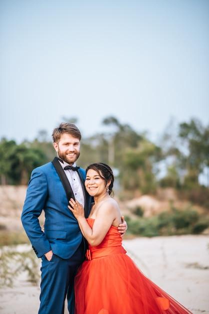Mariée asiatique et marié caucasien ont du temps de romance et heureux ensemble Photo gratuit