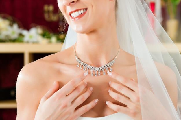 Mariée au magasin de vêtements pour robes de mariée Photo Premium