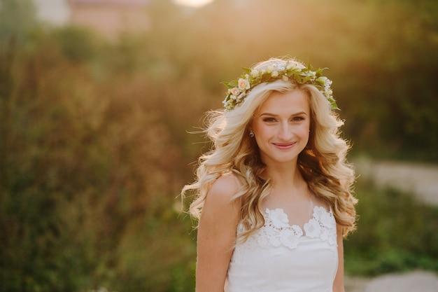 Mariée blonde souriante Photo gratuit