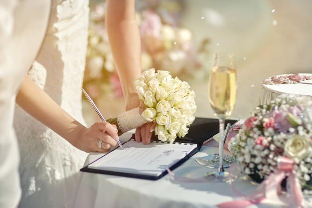 La Mariée à La Cérémonie Signe Un Document Photo Premium