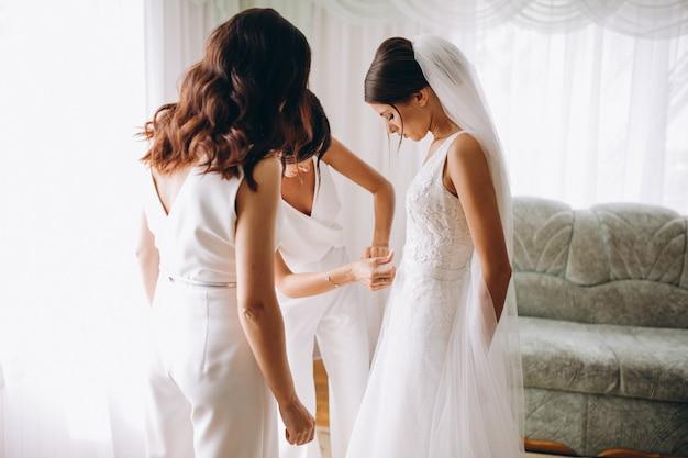 Mariée avec demoiselles d'honneur se préparant pour le mariage Photo gratuit