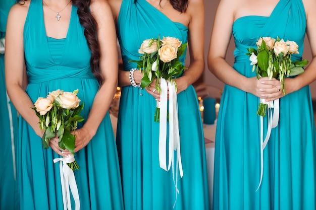 Mariée avec les demoiselles d'honneur tenant un bouquet. Photo Premium
