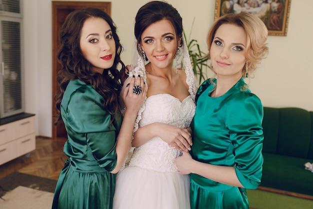 Mariée avec les demoiselles d'honneur Photo gratuit