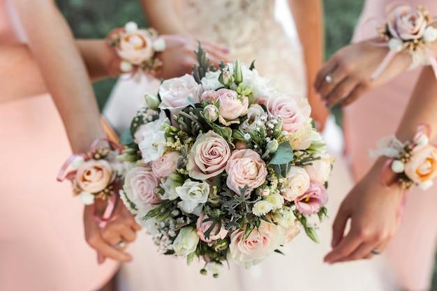 Mariée et demoiselles d'honneur Photo gratuit