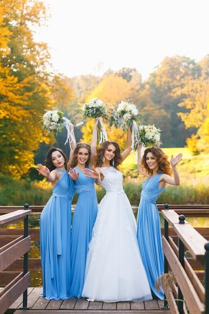 Mariée avec demoiselles d'honneur Photo Premium