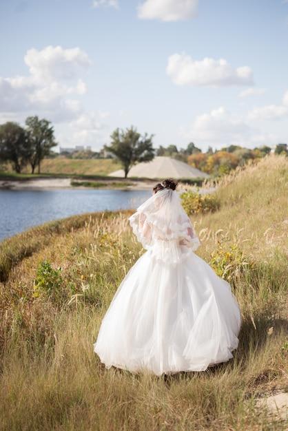 Mariée élégante Sur Le Terrain Photo Premium