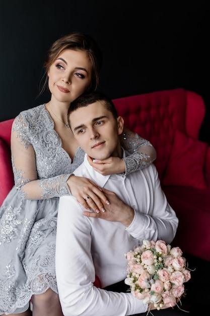 La mariée embrasse son mari Photo gratuit