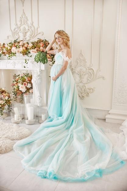 Mariée enceinte blonde devenir une mère et sa femme Photo Premium
