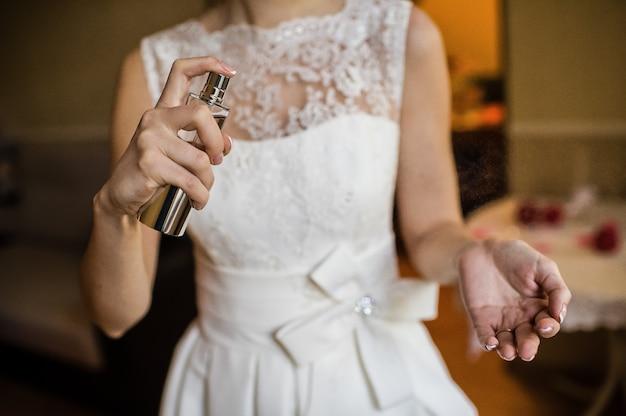 La mariée avec les esprits dans les mains, vue de côté Photo Premium