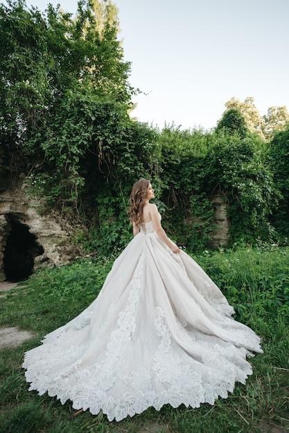 La mariée est dans une robe magnifique dans la nature Photo gratuit