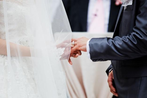 La mariée habille une bague de mariage au marié Photo Premium