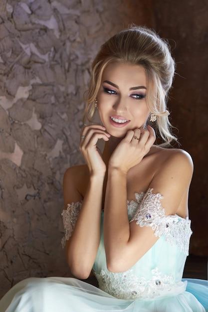 Mariée heureuse, l'émotion, la joie sur son visage Photo Premium