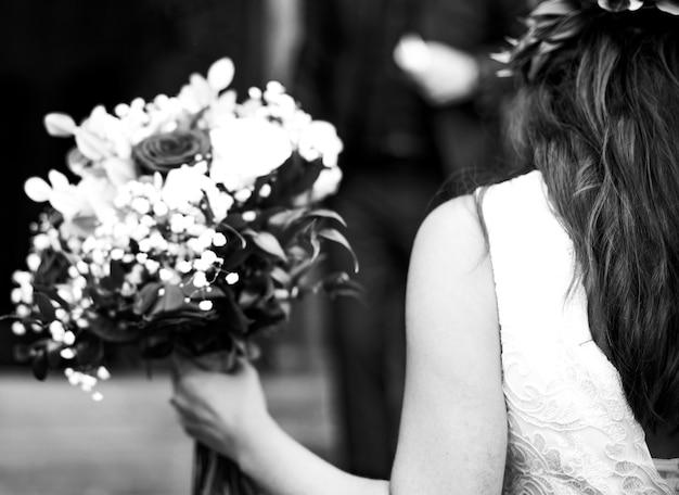 Mariée marchant dans les escaliers à la chapelle Photo Premium