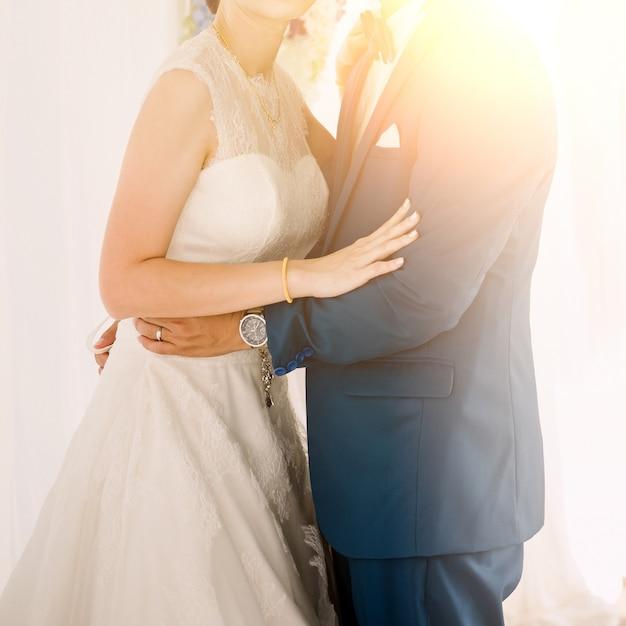 Mariée et le marié au jour de la cérémonie de mariage Photo Premium
