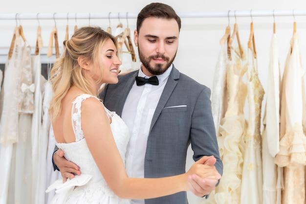 Mariée Et Le Marié Couple De Danse Caucasienne Et Blague En Studio De Mariage. Photo Premium