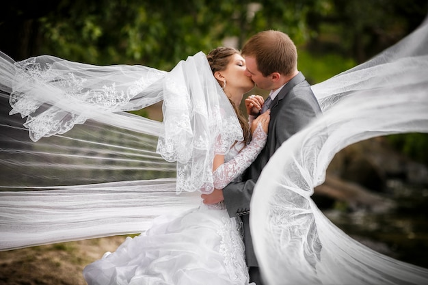 Mariée et le marié dans le parc Photo Premium