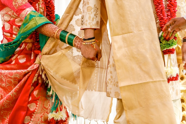 Mariée Et Le Marié Mains, Mariage Indien Photo Premium