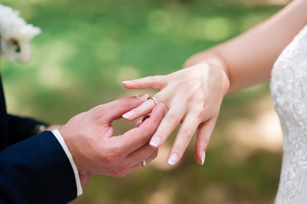 La mariée et le marié portent des bagues. Photo Premium
