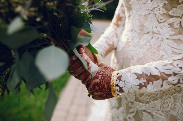 Mariée avec mehendi Photo gratuit