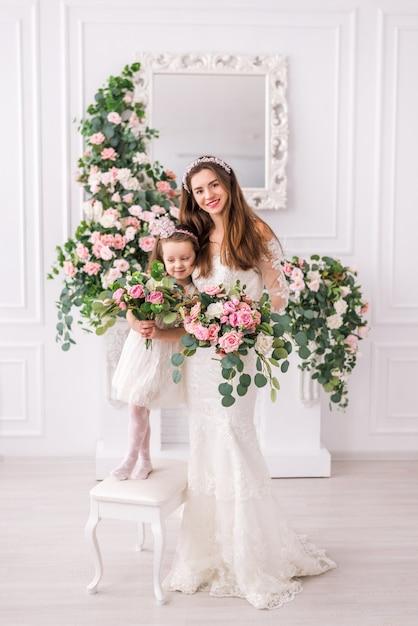 Mariée Mère Et Fille En Robes Blanches Avec Des Fleurs Photo Premium