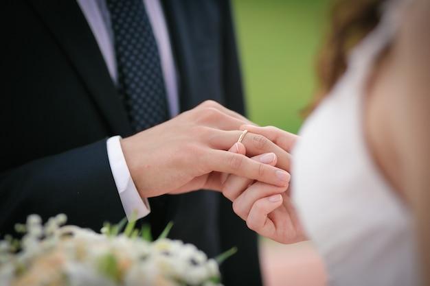 La mariée met la bague au doigt du marié Photo Premium