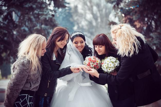 La mariée montre l'alliance aux copines Photo Premium