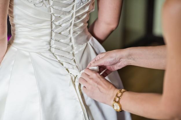 La mariée porte une robe de mariée de luxe Photo Premium