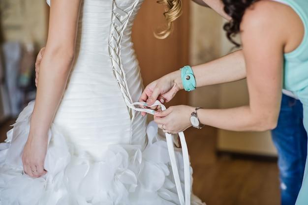 La mariée porte une robe de mariée Photo Premium