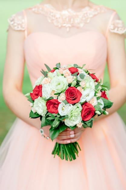 Mariée en robe blanche avec un bouquet luxueux décoré Photo Premium