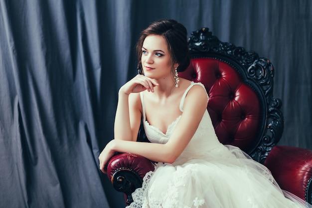 Mariée en robe de mariée blanche Photo Premium