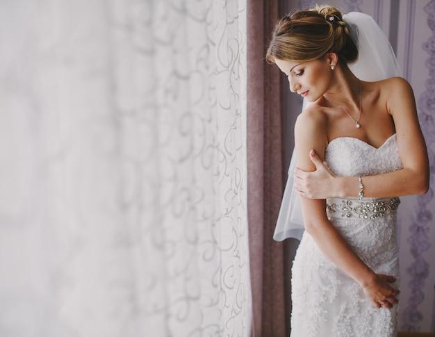 Mariée avec une robe de mariée Photo gratuit
