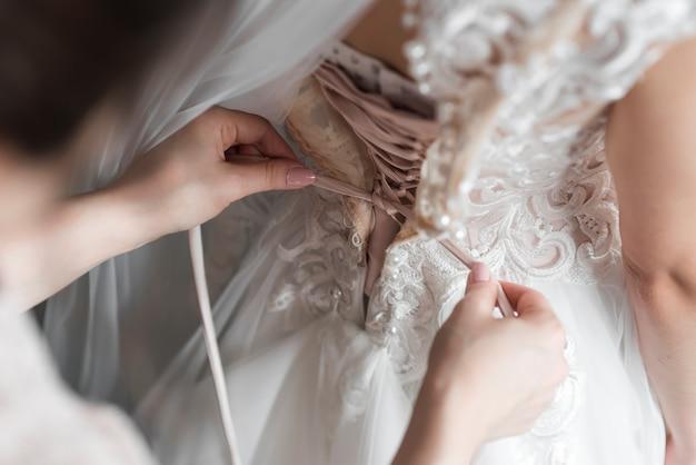 Mariée s'habiller Photo gratuit