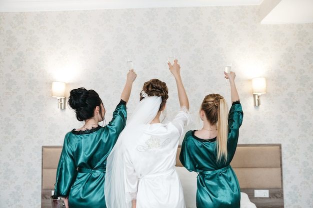 La mariée et ses amies célèbrent le matin du mariage Photo gratuit