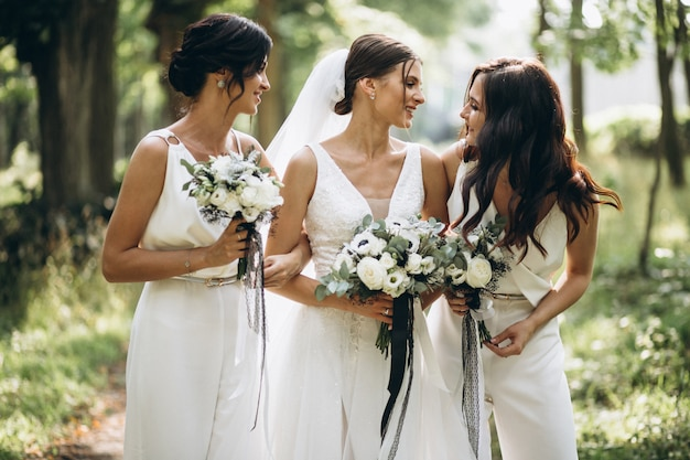 Mariée avec ses demoiselles d'honneur en forêt Photo gratuit