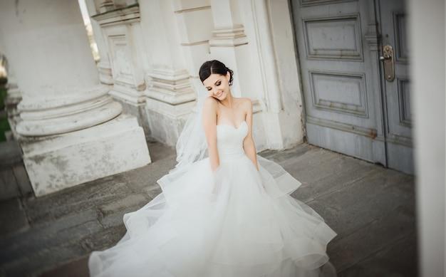 Mariée souriante. portrait de mariage de la belle mariée. mariage. jour de mariage. Photo gratuit